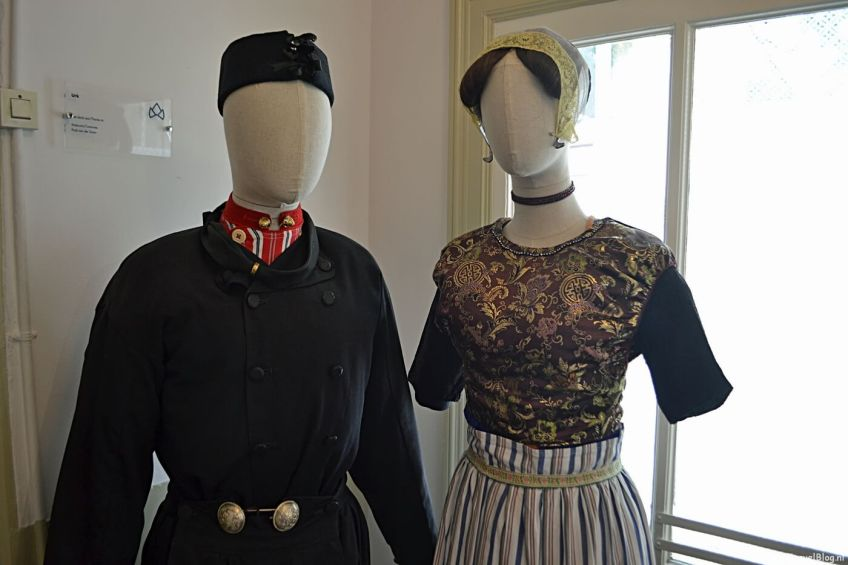De klederdracht van Urk in het Klederdrachtmuseum in Amsterdam