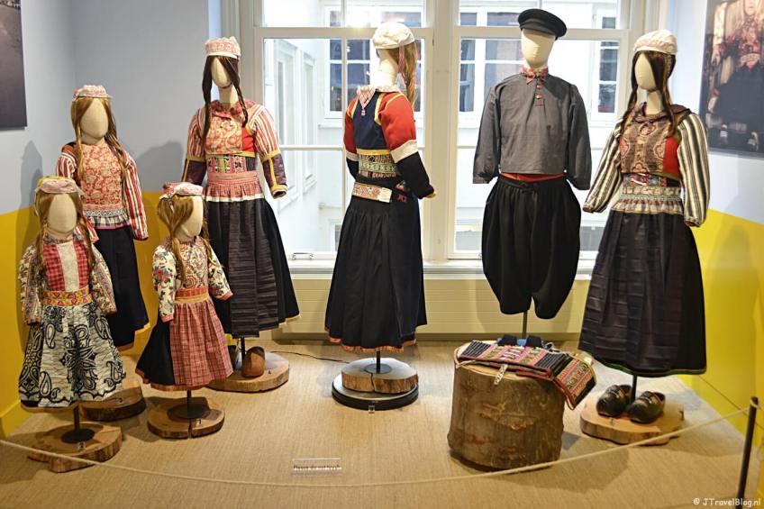 De klederdracht van Marken in het Klederdrachtmuseum in Amsterdam