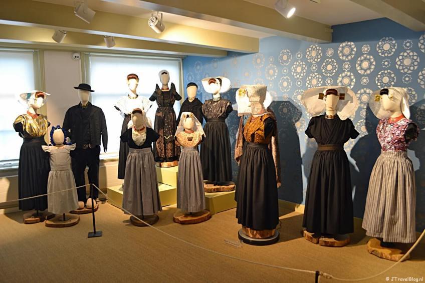 De klederdracht van Zeeland in het Klederdrachtmuseum in Amsterdam