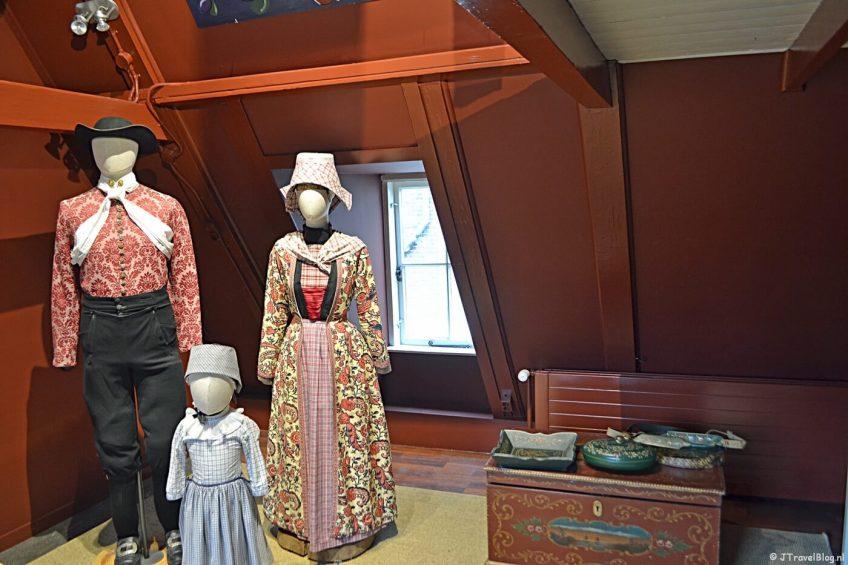 De klederdracht van Hindeloopen in het Klederdrachtmuseum in Amsterdam