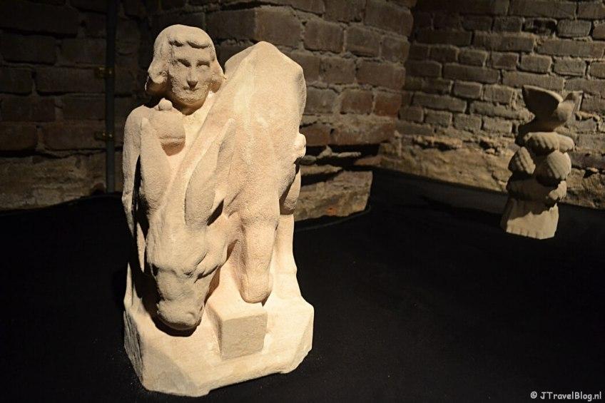 Een 3D-beeld van Antonius van Padus en de ezel in de crypte van de Koepelkathedraal in Haarlem tijdens 'De Wezens van de Kathedraal'