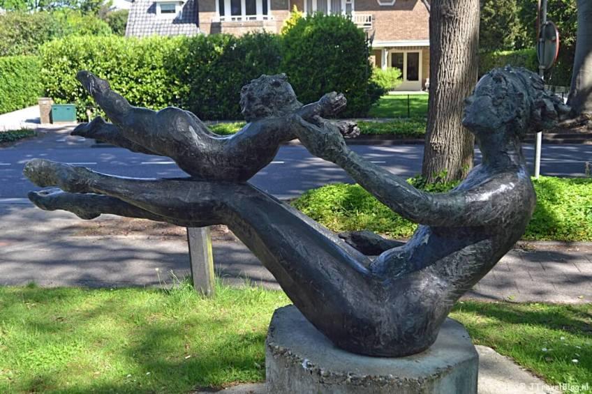 Een beeldhouwwerk aan de Brediusweg in Bussum tijdens de 5e etappe van het Westerborkpad