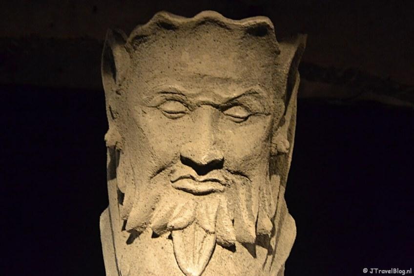 Een close-up van het 3D-beeld van de duivel in de crypte van de Koepelkathedraal in Haarlem tijdens 'De Wezens van de Kathedraal'