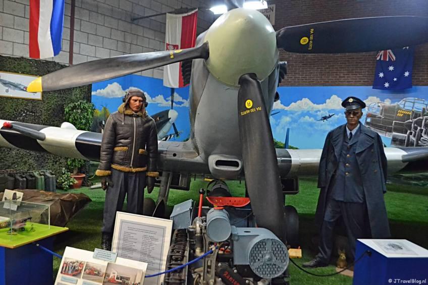 Een reconstructie van een Spitfire in de Spitfirehal in het CRASH Luchtoorlog- & Verzetsmuseum '40-'45 in Aalsmeerderbrug