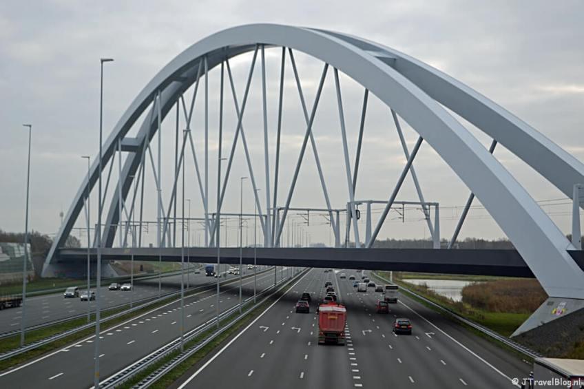 De spoorbrug over de A1 tijdens de 4e etappe van het Westerborkpad