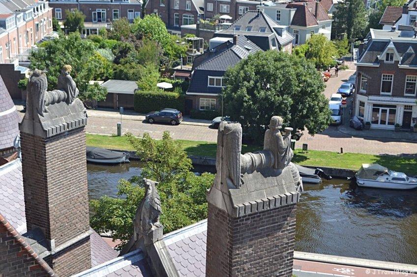 De wezens vanaf de dwerggalerij van de Koepelkathedraal in Haarlem tijdens 'De Wezens van de Kathedraal'