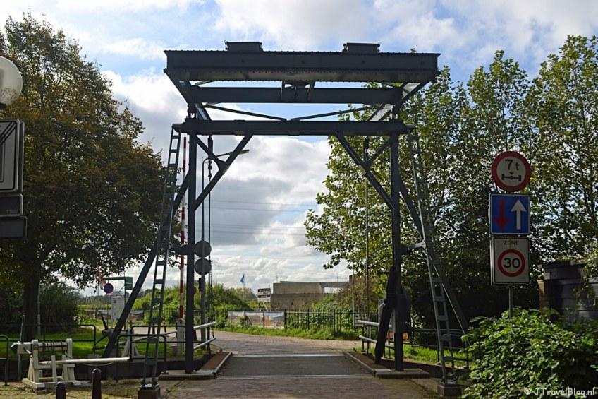 De brug bij de Keetpoortsluis in Muiden tijdens de 3e etappe van het Westerborkpad