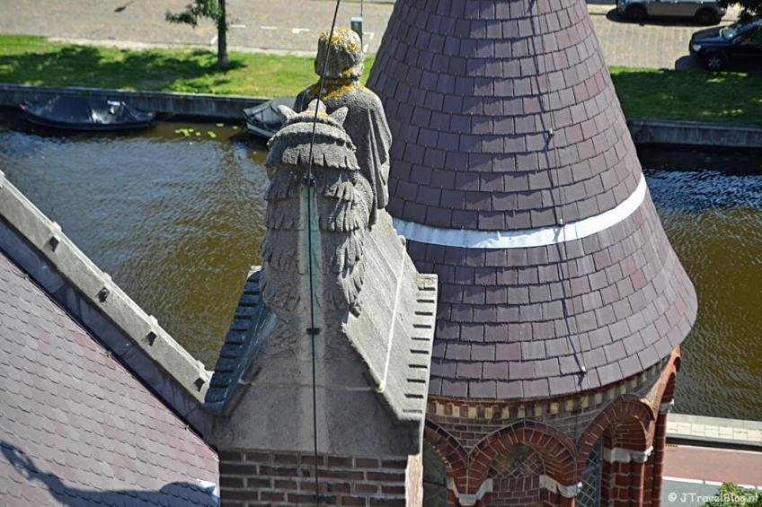 De lector en het stekelvarken vanaf de dwerggalerij van de Koepelkathedraal in Haarlem tijdens 'De Wezens van de Kathedraal'