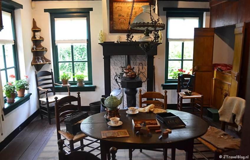 De schilderswerkplaats en het bijbehorende huis in Openluchtmuseum Het Hoogeland in Warffum