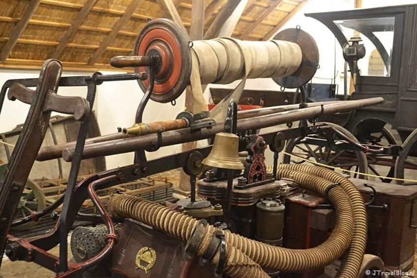 De stal met de brandweerwagen in Openluchtmuseum Het Hoogeland in Warffum