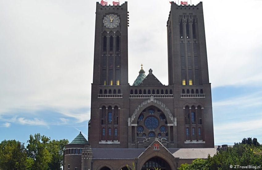 De Vrouwen- (met klok) en de Mannentoren van de Koepelkathedraal in Haarlem