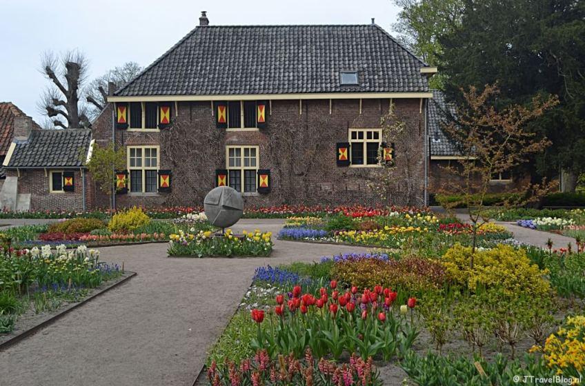De tuin achter de Hofboerderij op het terrein van Kasteel Keukenhof tijdens de Trage Tocht Lisse