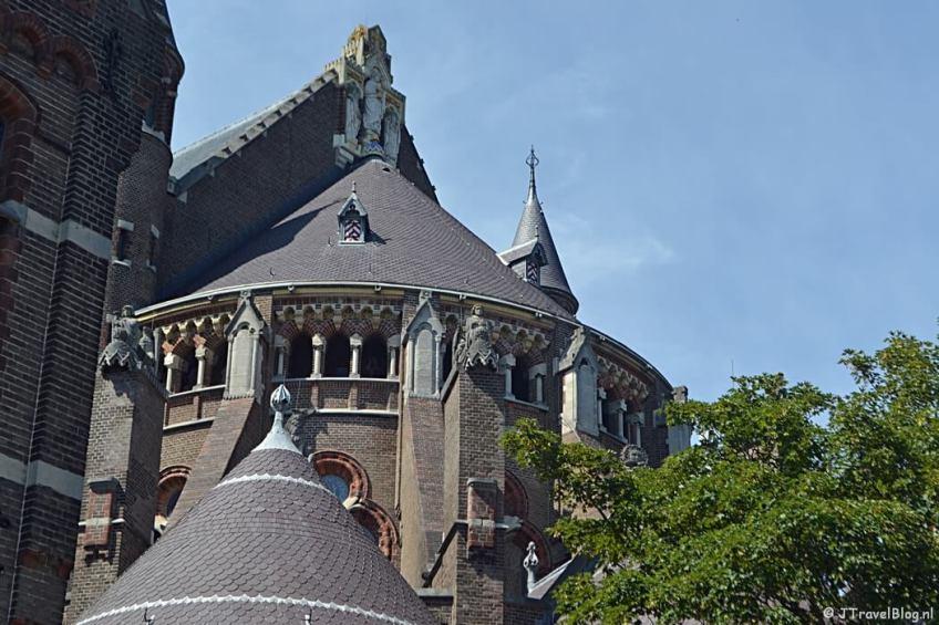 De wezens en dwerggalerij van de Koepelkathedraal in Haarlem vanaf de buitenkant van de kathedraal