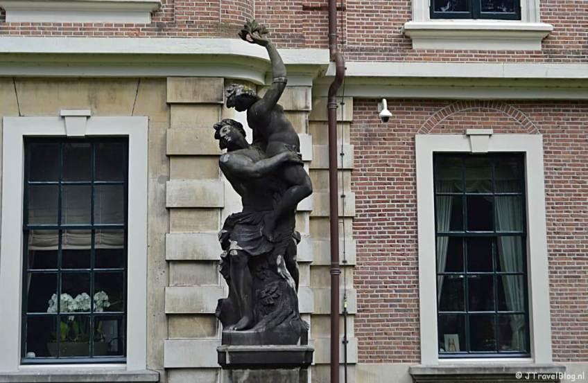 Een beeld in de voortuin van Paviljoen Welgelegen tijdens mijn wandeling langs de Beeldengalerij in Haarlem
