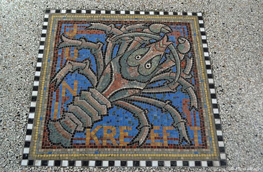 Mozaïek in de vloer van de Koepelkathedraal in Haarlem