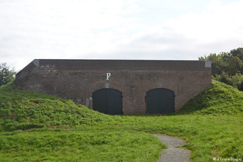 Gebouw F in Muiden tijdens de 3e etappe van het Westerborkpad
