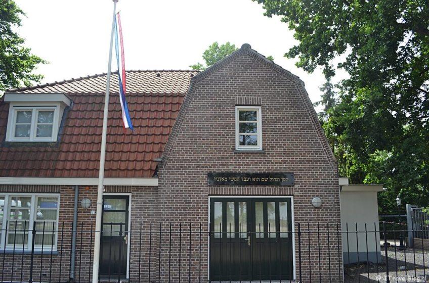 Gebouw voor de gesloten Joodse Begraafplaats in Hilversum tijdens de 6e etappe van het Westerborkpad