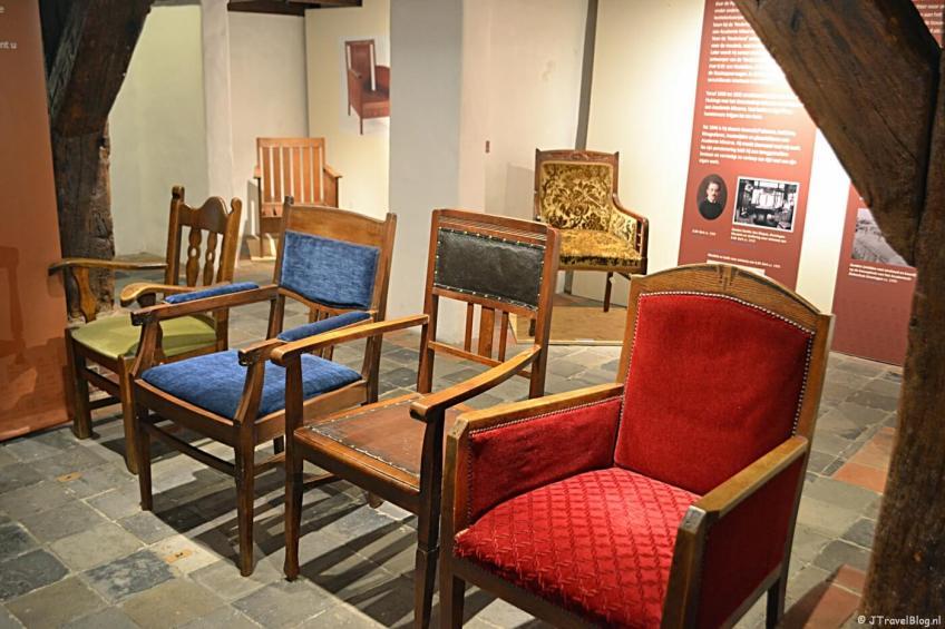 Stoelen van meubelfabriek J.A. Huizinga tijdens de tijdelijke tentoonstelling in het Noordelijk Scheepvaartmuseum in Groningen. Welke van deze is een echte Huizinga? Want niet elke is een echte Huizinga. Weet je het antwoord? Let me know.