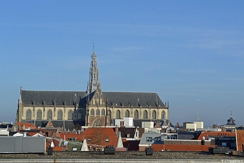 Het uitzicht naar de Grote St. Bavokerk van het terras van DeDAKKAS in Haarlem