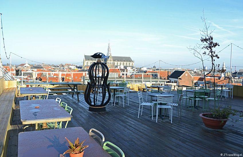 Het terras van DeDAKKAS in Haarlem met het mooie uitzicht over de stad