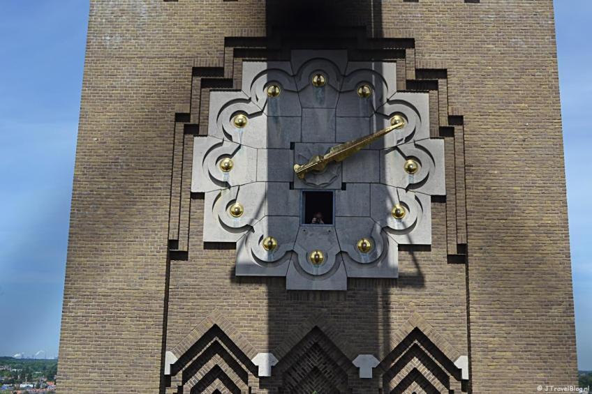 De klok aan de buitenkant van de Vrouwetoren van de KoepelKathedraal in Haarlem