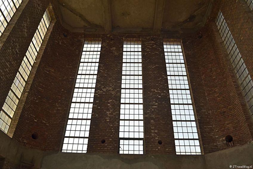 De ramen in de oversteek van de mannentoren van de KoepelKathedraal in Haarlem