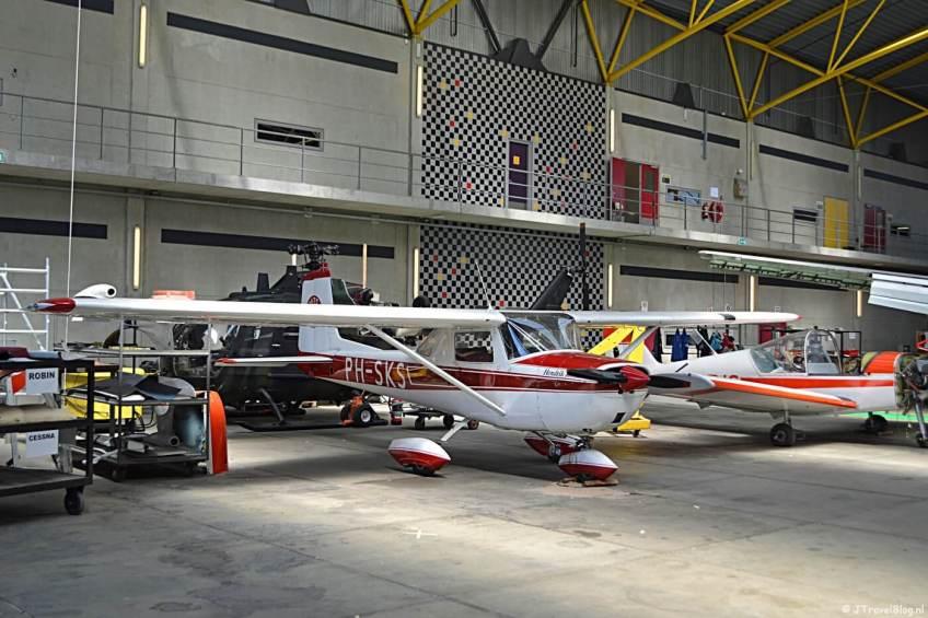 Vliegtuigen in de hangar van het MBO College Airport in Hoofddorp in juli 2018.