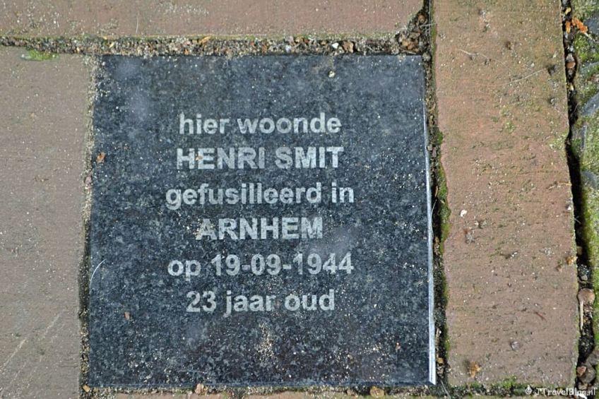 Herdenkingssteen voor verzetsstrijder Henri Smit in Amersfoort tijdens de 8e etappe van het Westerborkpad