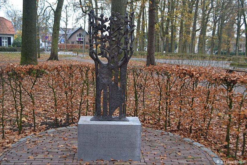Het Oorlogsmonument aan de Brink in Muiderberg tijdens de 4e etappe van het Westerborkpad