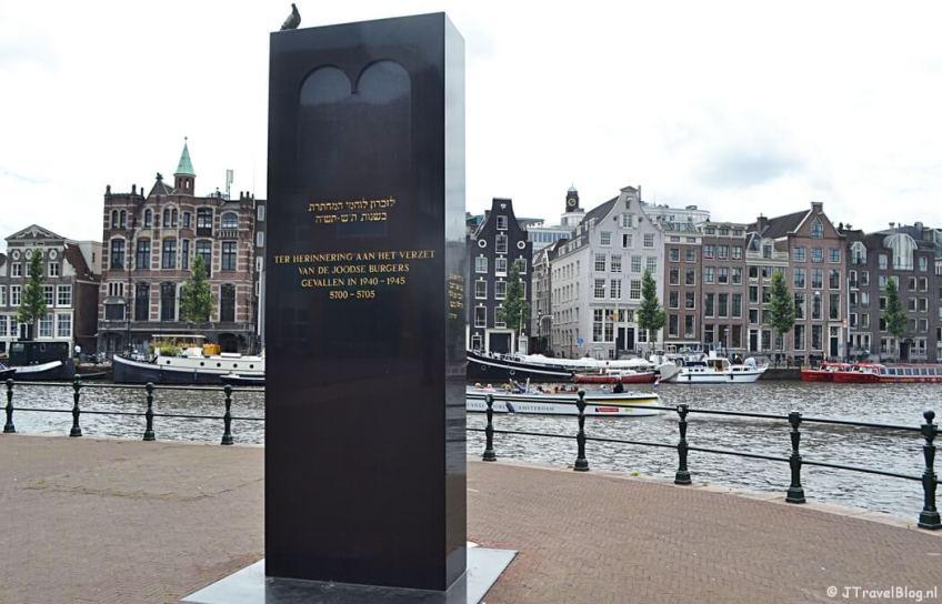 Het Verzetsmonument bij de Stopera in Amsterdam tijdens etappe 0 van het Westerborkpad
