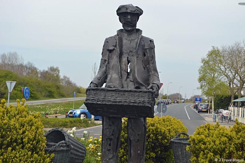 Het beeld van de Bollenzifter in Noordwijkerhout tijdens de Bollenstreekwandeling rond De Zilk