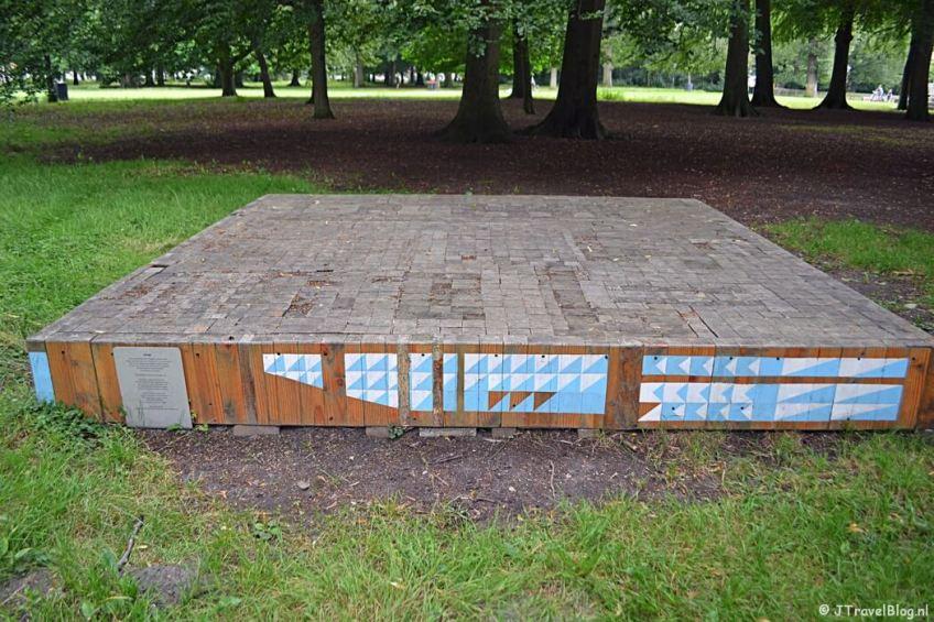 Het kunstwerk Estrade van Niels Broszat tijdens mijn wandeling langs de Beeldengalerij in Haarlem