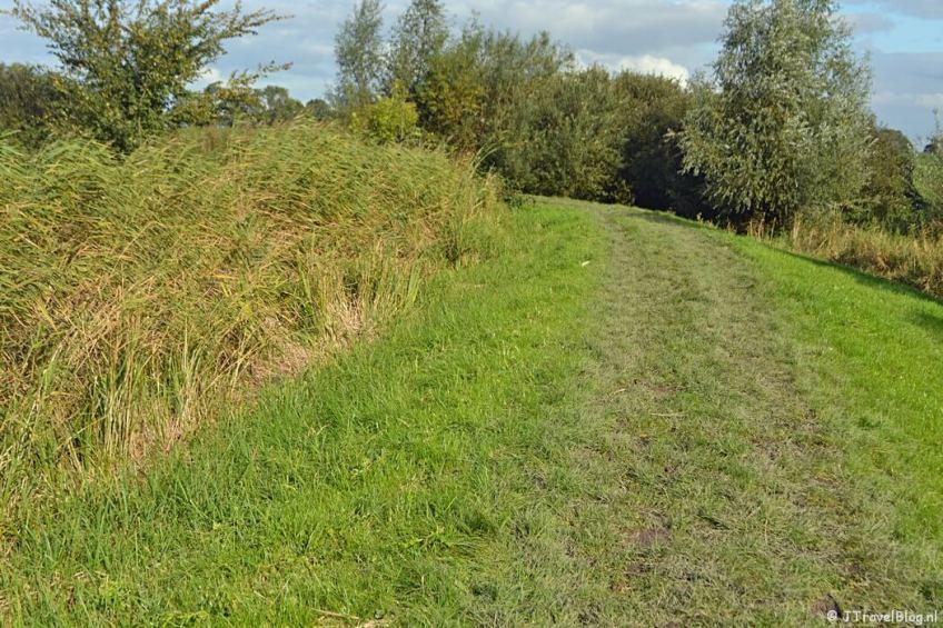 Het onverharde pad bij Muiden tijdens de 3e etappe van het Westerborkpad