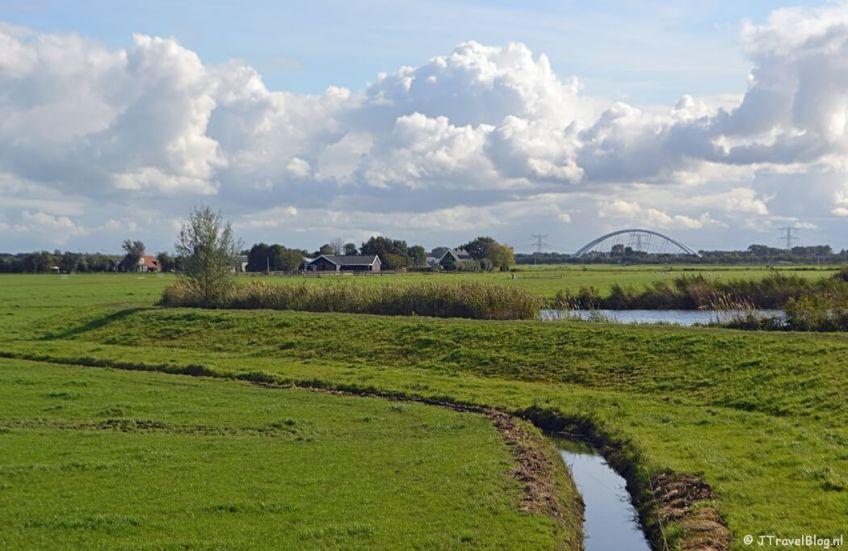 Het uitzicht vanaf de dijk bij Muiden tijdens de 3e etappe van het Westerborkpad