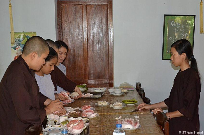 Lunchen bij de nonnen in het Dong Thien klooster