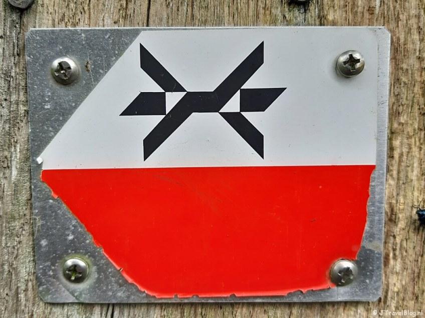 Het markeringsteken van het Westerborkpad tijdens de 8e etappe van het Westerborkpad