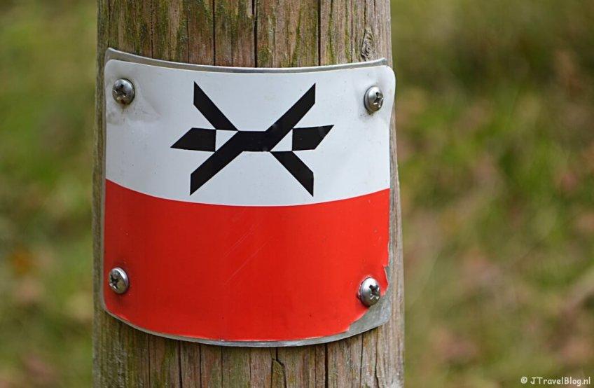 Het markeringsteken van het Westerborkpad tijdens de 9e etappe van het Westerborkpad