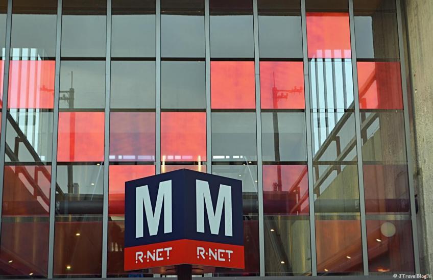 Het herkenningsbord van de metro (in dit geval bij Station Holendrecht)