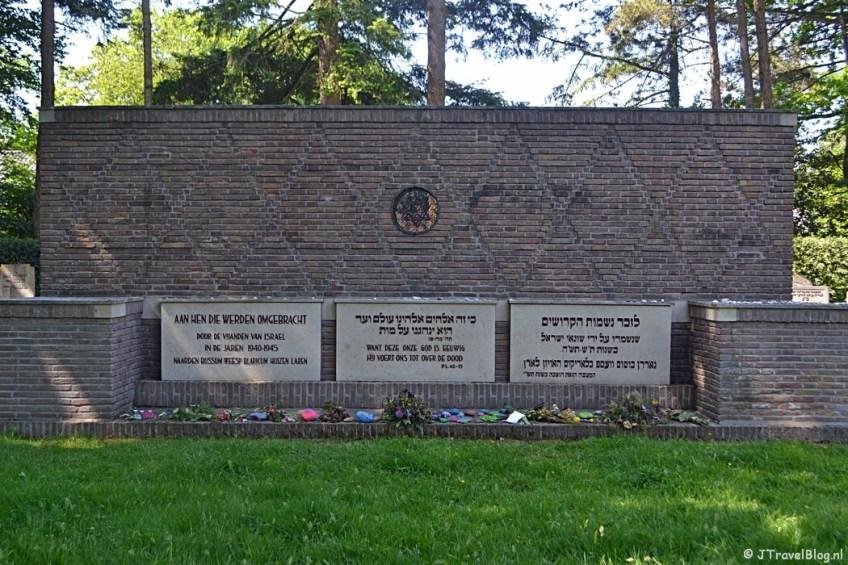 Monument op de Joodse begraafplaats in Naarden tijdens de 5e etappe van het Westerborkpad