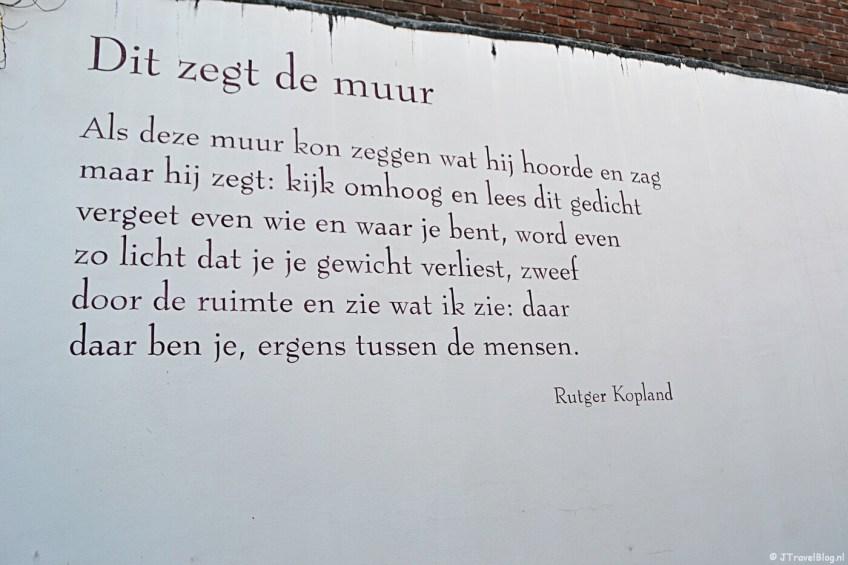 Muurgedicht 'Dit zegt de muur' van Rutger Kopland