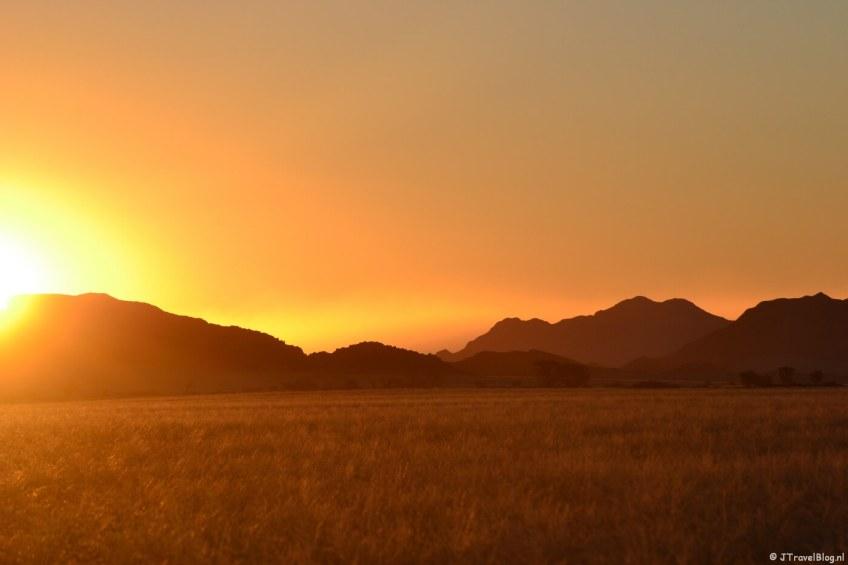 Zonsondergang in de buurt van de Sossusvlei tijdens een sundowner in Namibië, oktober 2014