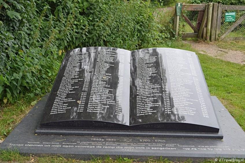 Oorlogsmonument 'Boek van de Namen' in Heemstede tijdens het fietsen van de Manpadroute
