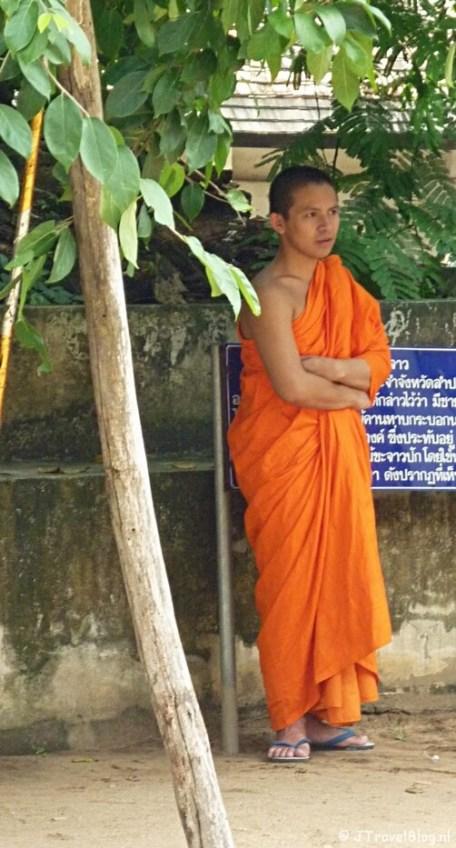 Een monnik in zijn oranje gewaad Lampang/Thailand