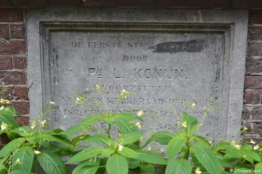 Plaquette in de muur bij het Joods doorgangshuis tijdens de Vrijheidswandeling in Haarlem