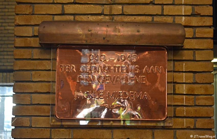 De plaquette in het stationsgebouw van Naarden-Bussum tijdens de 4e etappe van het Westerborkpad