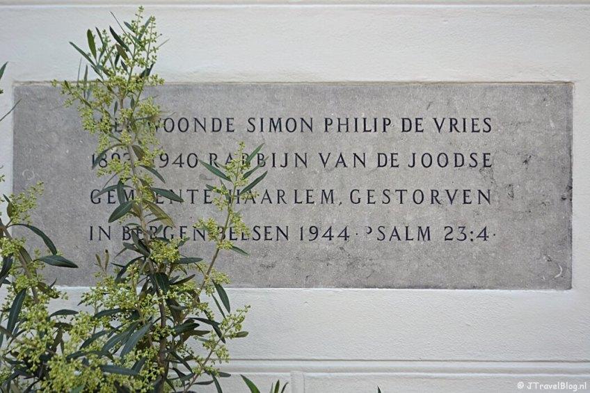 Plaquette in het woonhuis van Rabbijn de Vries tijdens de Vrijheidswandeling in Haarlem