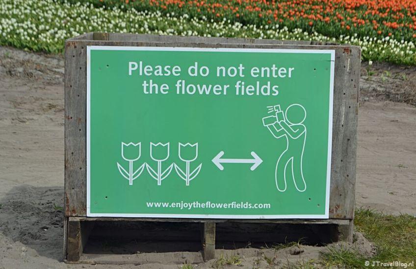 Please do not enter the flower fields tijdens de Bollenstreekwandeling rond De Zilk