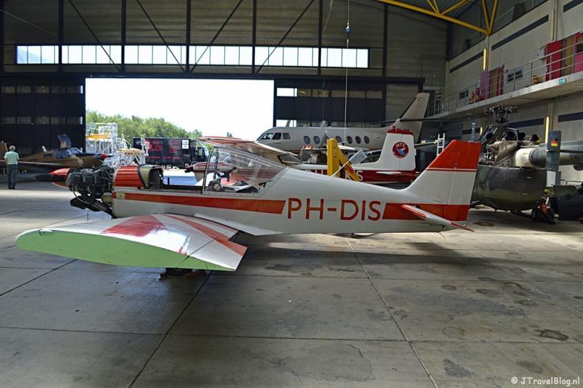 Een vliegtuig in de hangar van het MBO College Airport in Hoofddorp