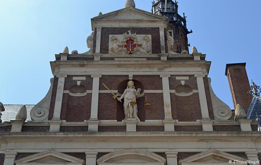 Het stadhuis van Haarlem tijdens de Vrijheidswandeling in Haarlem