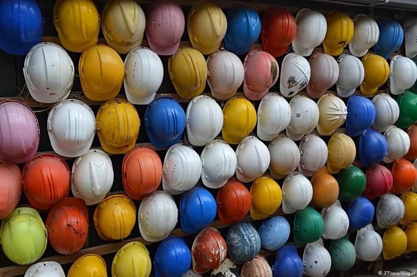 Helmen bij expositieruimte 4 van het Schipbreuk- en Juttersmuseum Flora in De Koog